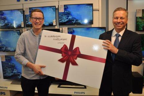 Kristers Grečs receives his TV from  Juris Gulbis